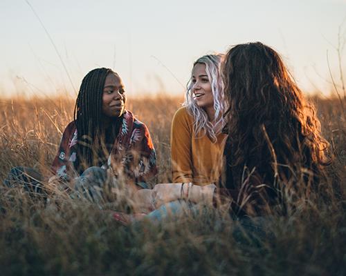 Femmes assises dans un champs
