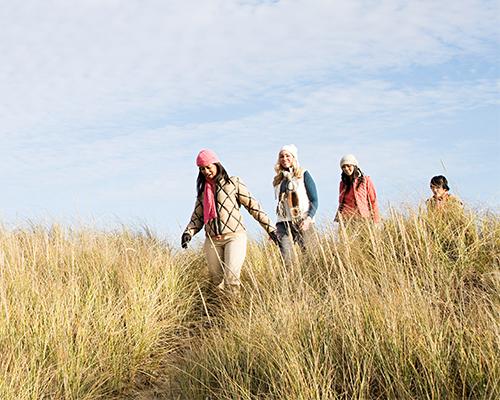 femmes dans les dunes