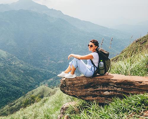 femme assise sur un rocher